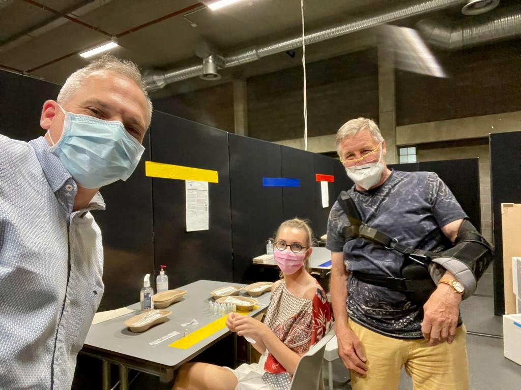 Minister Diependaele kreeg na zijn vaccinatie een korte rondleiding in de apotheek van het vaccinatiecentrum.