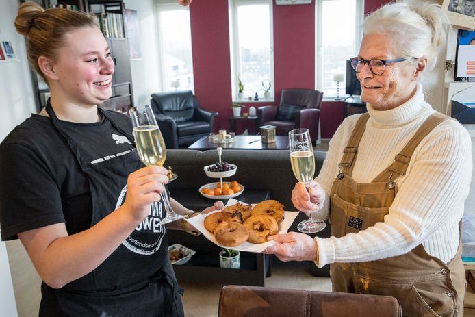 Mieke van den Berg met haar kleindochter Lenka Venis. Ze heeft appelflappen gebakken voor oud en nieuw.