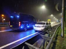 Onopvallende politiewagens raken van de weg en botsen op A59, agent naar ziekenhuis