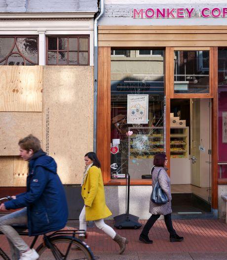 Een maand na de rellen zitten veel Bossche winkels nog met kapotte ruiten