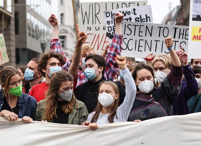 La militante suédoise pour le climat Greta Thunberg (en blanc) et la militante allemande pour le climat Luisa Neubauer (veste kaki) assistent à la journée mondiale d'action pour le climat Fridays For Future à Berlin, en Allemagne, le 24 septembre 2021.