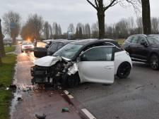 Auto botst tegen boom en wordt vanachter geschept, nog twee botsingen in het verkeer erachter