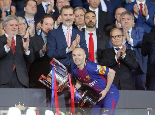 Andrés Iniesta neemt de Copa del Rey in ontvangst na de 0-5 zege op Sevilla.