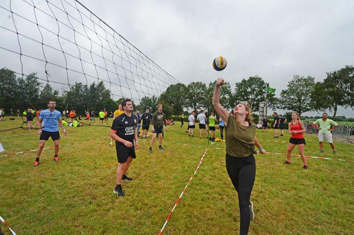 Volleybal op het aangepaste zomerfeest.