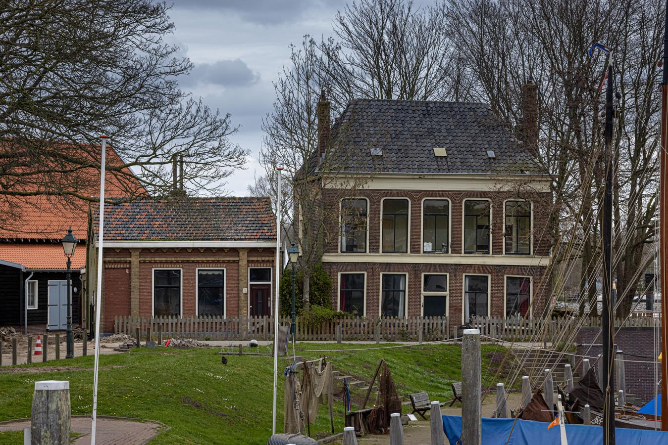 Slopen, restaureren en inrichten als horecapand? Ondanks dat deze twee panden aan de Havenweg al sinds begin 2019 te koop staan, schuift de gemeente Kampen een besluit erover vooruit totdat er een plan ligt voor de IJsselkogge en een eventueel museum.