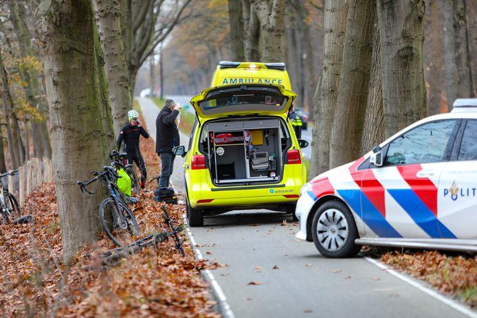 Twee wielrenners botsten zaterdagmiddag op elkaar langs de Otterloseweg in Ugchelen. Eén van de twee raakte dusdanig gewond dat hij naar het ziekenhuis moest worden gebracht.