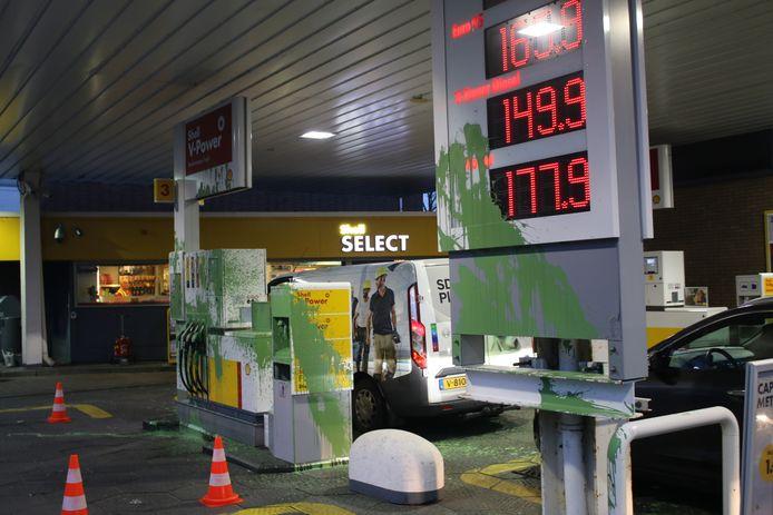 Meerdere pompen van tankstation Shell aan de Sportlaan zijn vanochtend besmeurd met groene verf. Naar de verantwoordelijke vandaal wordt nog gezocht.