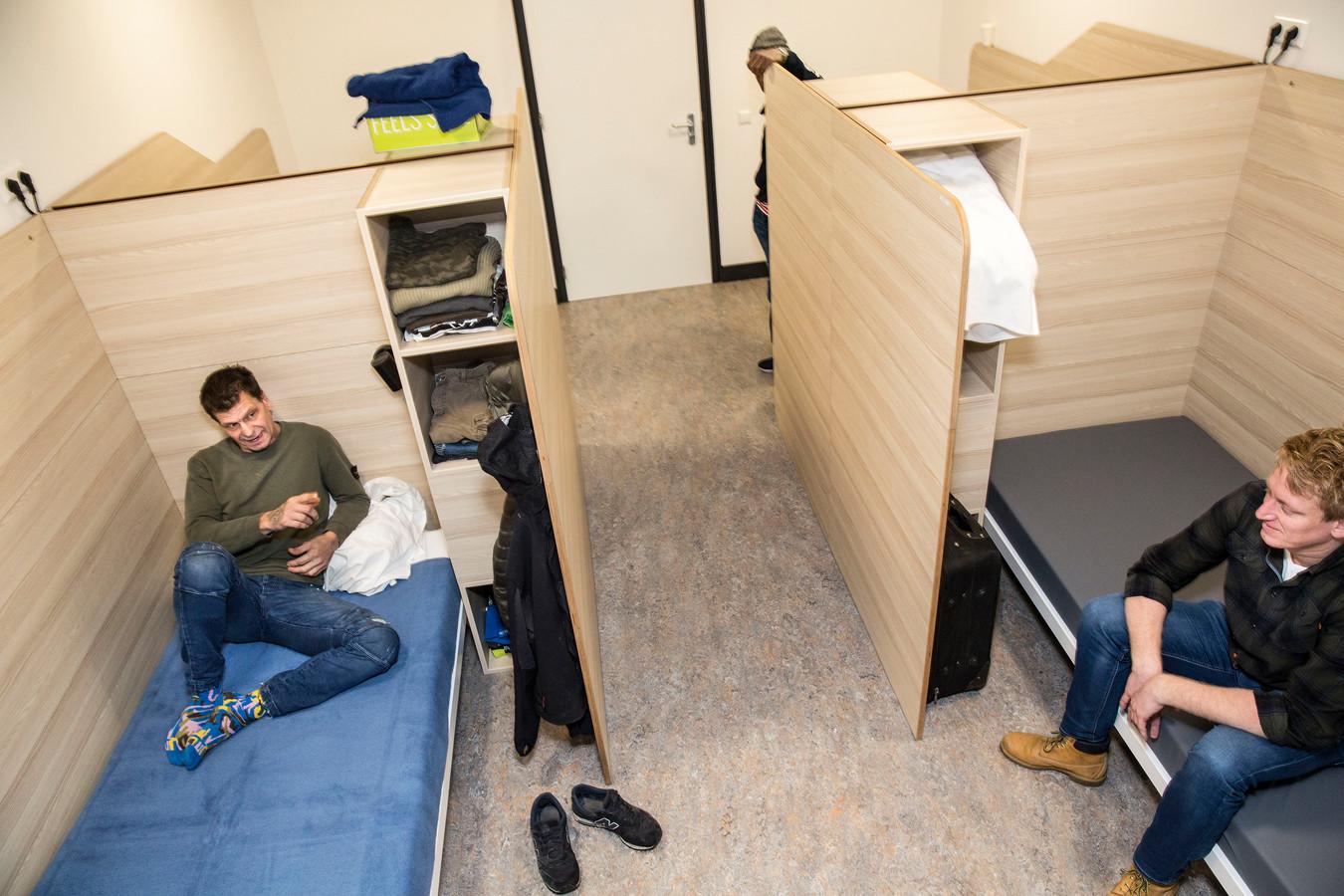 In de nachtopvang moeten op meer plekken slaapkamers in plaats van slaapzalen met stapelbedden komen, zoals hier in het Rotterdamse centrum. Dan kunnen daklozen ook makkelijker 1,5 meter afstand houden.
