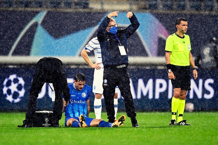 AA Gent-spits Roman Yaremchuk moet van het veld. Beeld Photo News
