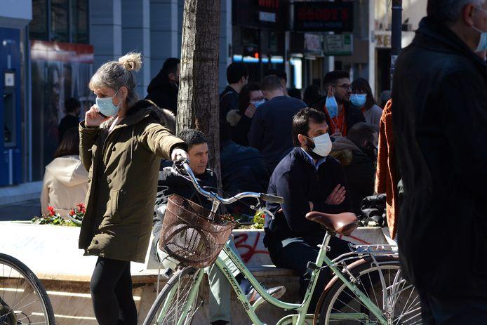 Mensen op straat in Larissa.