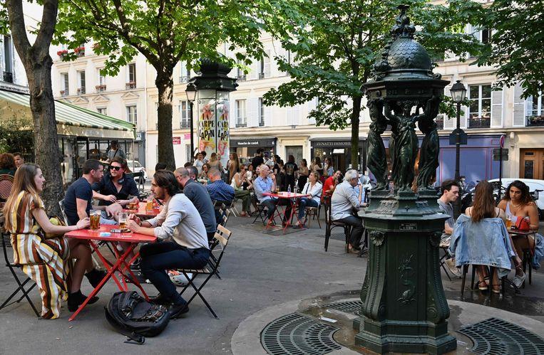 De terrassen van cafés en restaurants zijn in Parijs opnieuw geopend. Beeld AFP