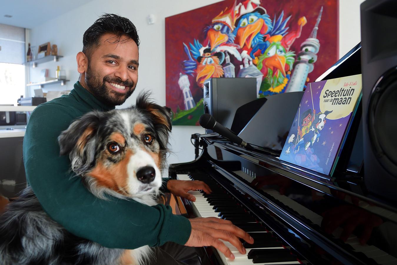 Kkinderboekenschrijver Joost van Ekeren met zijn hond Fellow, waarover hij een kinderboek heeft geschreven.