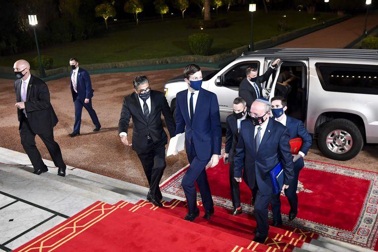 Jared Kushner (m), presidentieel adviseur van de VS, en Meir Ben Shabbat (r), nationale veiligheidsadviseur van Israel, komen aan bij het koninklijk paleis van Marokko. Beeld AFP