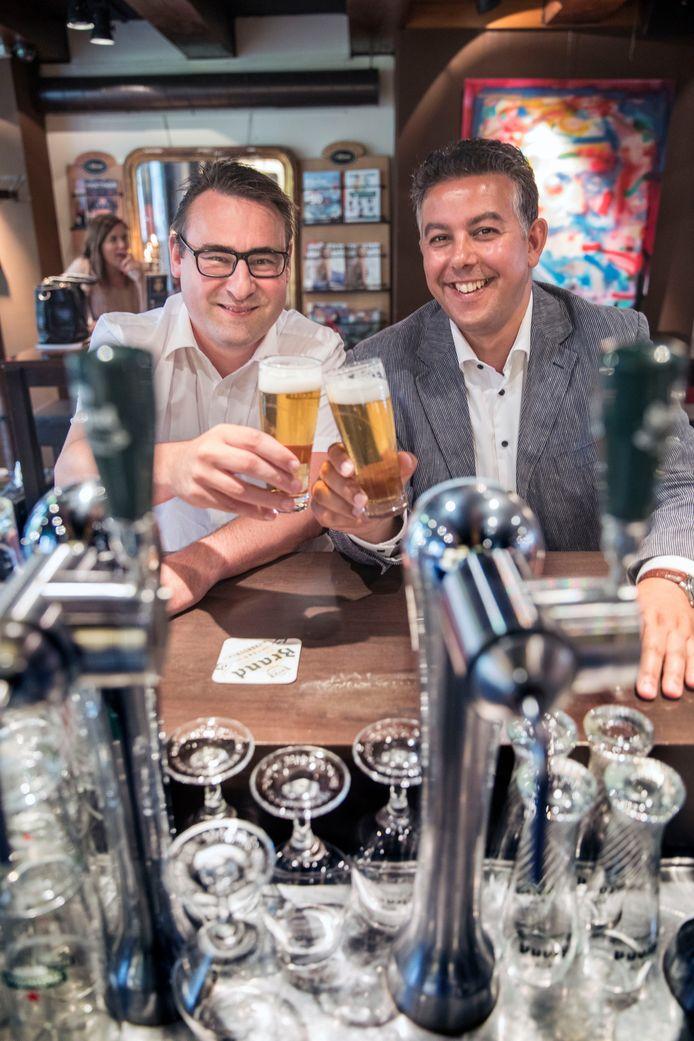 Meer reuring in de stad, meer ruimte voor de horeca. Beoogd wethouders Richard de Mos en Rachid Guernaoui van Groepd de Mos/Hart voor Den Haag nemen er alvast een biertje op: 'We zijn toch geen dorp?'