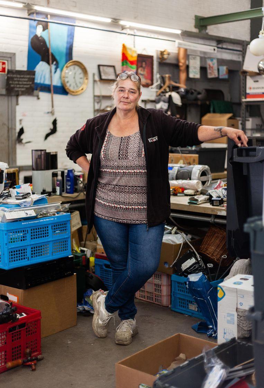 Laura Rosema, medewerker van kringloopwinkel De Lokatie, op de sorteerafdeling. Beeld Nina Schollaardt