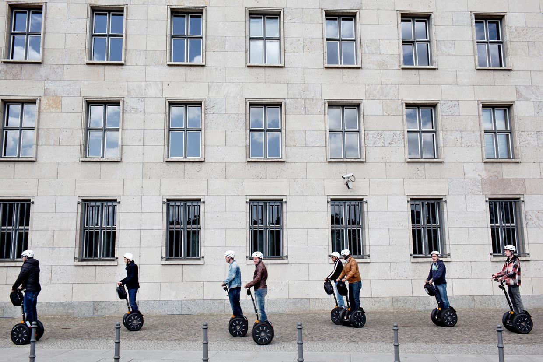 Groepjes toeristen wilden nog weleens de stad verkennen op een Segway, verder kwam de voorspelde mobiliteitsrevolutie niet van de grond.  Beeld Daniel Rosenthal