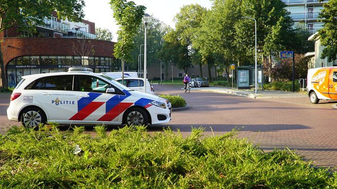 ONLINE GEPLAATST EN BETAALD. De politie bij de plaats van de aanrijding.