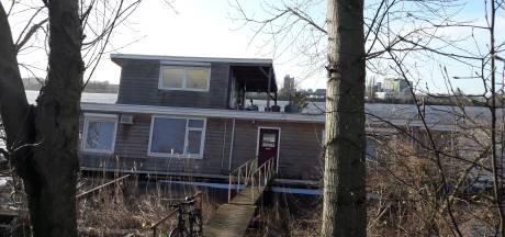 Eigenaar deels gezonken woonboot halsoverkop in vliegtuig naar Den Bosch, buren konden zijn huis niet redden