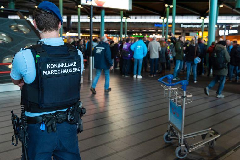 De Koninklijke Marechaussee heeft vrijdagochtend op Schiphol een man overmeesterd die heeft gedreigd met een bom. Beeld ANP