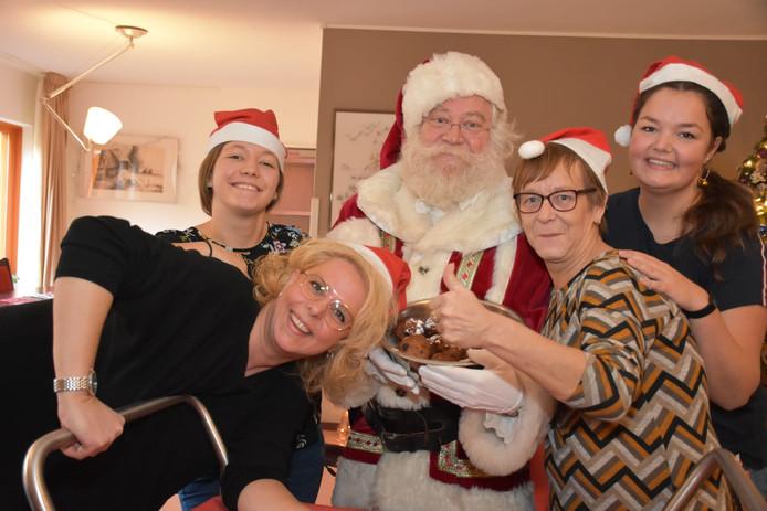 Ook het personeel was blij met de komst van de Kerstman.