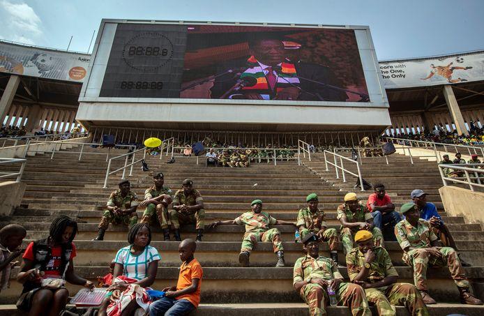 Militairen wonen de herdenkingsplechtigheid bij in het stadion van Harare. Zonder hun aanwezigheid, en die van hoogwaardigheidsbekleders, was het bij het afscheid van Robert Mugabe een kale bedoening geweest. Foto AP/Ben Curtis)