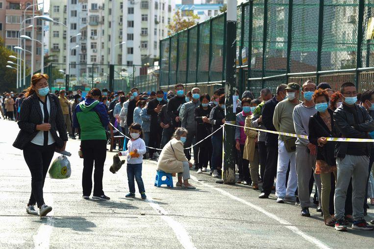 Wachten op een coronatest in Qingdao. Beeld AFP