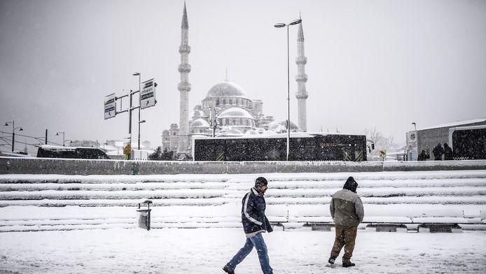 Instanboel wordt geteisterd door een hevige sneeuwstorm.