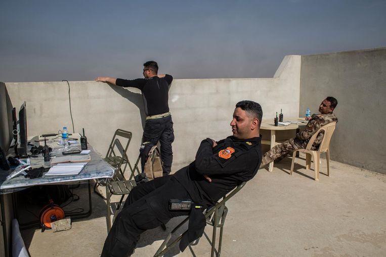 Iraakse militairen op het dak van de legerpost waarvandaan aanvallen worden gecoördineerd. Beeld null