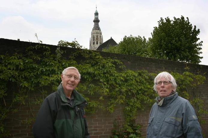 De op 12 mei 1940 in Breda gefusilleerde Dries Steenbeek, 31, (zittend, 3e van links), met zijn arm op de schouder van zijn maat Arie Konings, 32, tijdens de mobilisatie gekiekt voor een boerderij bij Neerkant in de Peel. ;Chris Konings (70) en de Bredase historicus Joop Bakker (r) op de plaats van de executie, achter de Veemarktstraat. foto Ramon Mangold/het fotoburo