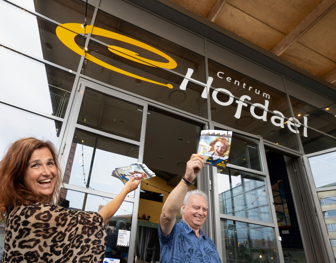 Hofdael-manager Hannie Derks en cultuurwethouder Rob van Otterdijk wapperen met het nieuwe programmaboekje.