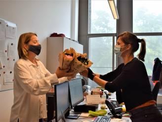 Gemeente koopt azalea's voor alle personeelsleden, en schenkt zo 1.190 euro aan Kom op tegen Kanker