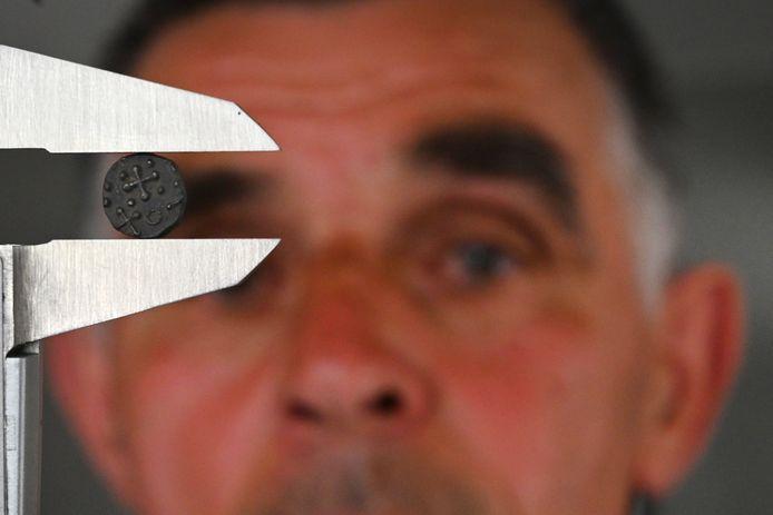 Jan Kusters uit Vianen heeft weer een heel oude munt gevonden, een zilveren sceatta uit de 7de/8ste eeuw dit keer. Een zeldzame vondst voor het Land van Cuijk. Het is Kusters' eerste. Hier toont hij de keerzijde van de munt, die runentekens heeft.