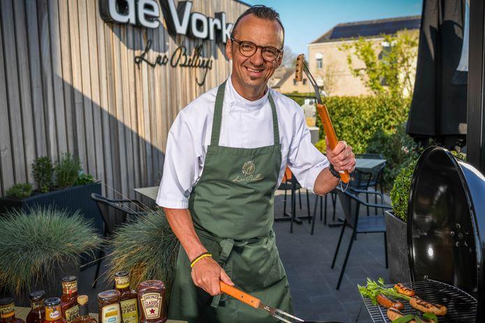 Sterrenchef Luc Bellings keurt worsten uit de supermarkt voor op de barbecue.