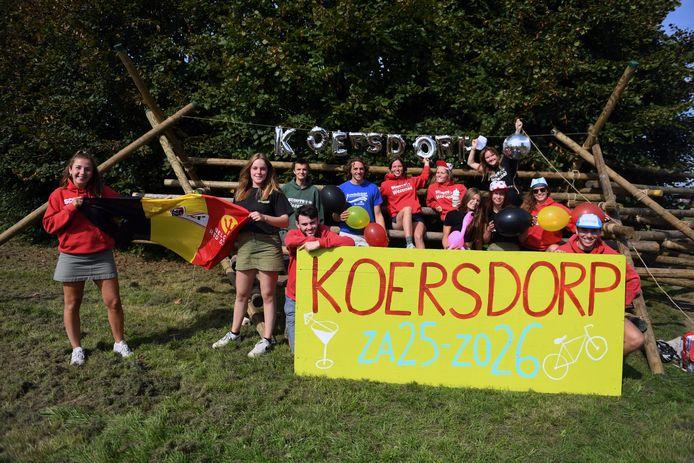 De leiding van Scouts Wezemaal is volop bezig met de opbouw in Rotselaar centrum.