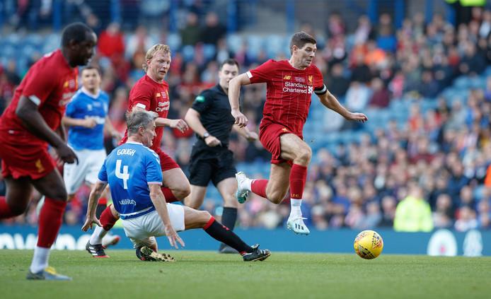 Gerrard (r) in actie. Kuyt kijkt toe.