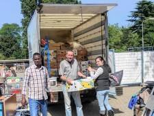 Vrachtwagen Mini Manna naar Duitsland vol kleding voor onderstromingsgebied