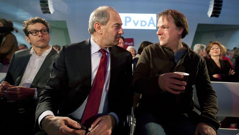 Scheidend partijleider Job Cohen praat met partijvoorzitter Hans Spekman tijdens de ledenraad van de PvdA in Utrecht. Beeld anp