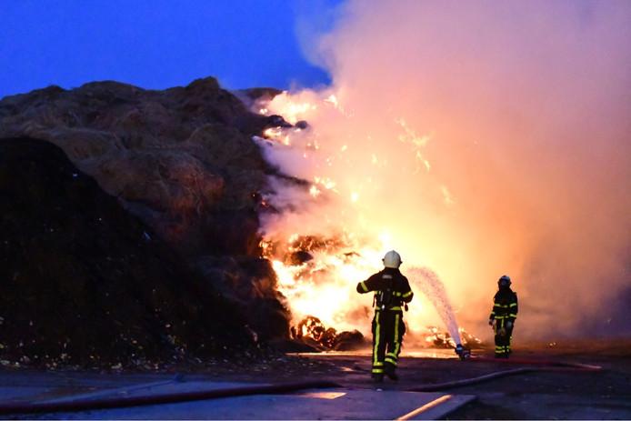 Composthoop in brand op een industrieterreintje aan de Zeedijk, tussen Etten-Leur en Zevenbergen.