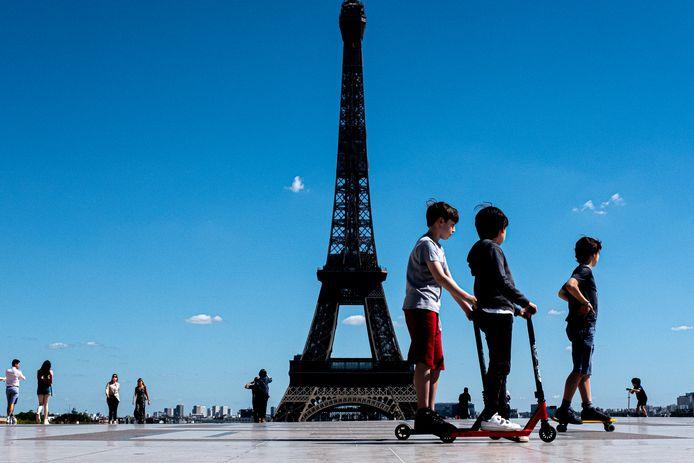 Mensen genieten van een zonnige dag in Parijs.