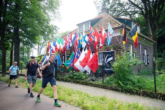 Alternatieve Vierdaagselopers komen voorbij het vlaggenhuis op de Oude Kleefsebaan.