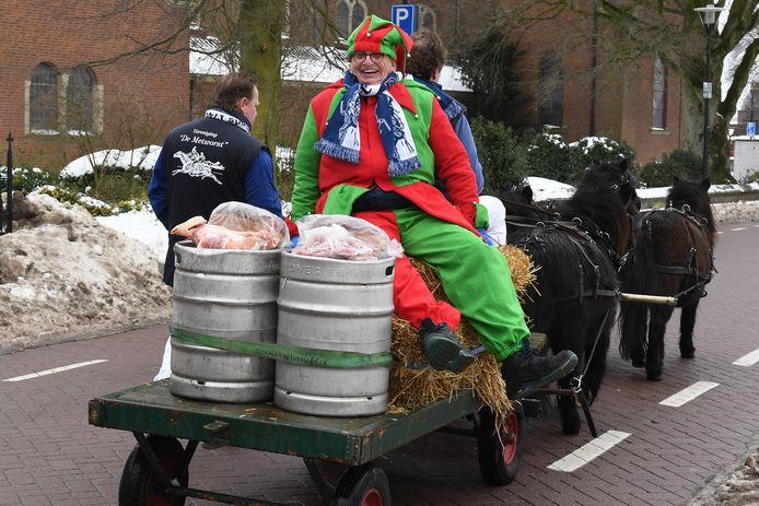 Een kleine afvaardiging van de Metworstvereniging brengt de Goederen terug naar Boxmeer. Op de wagen zit altijd De Gek, die er met de halve varkenskop vandoor mag gaan.