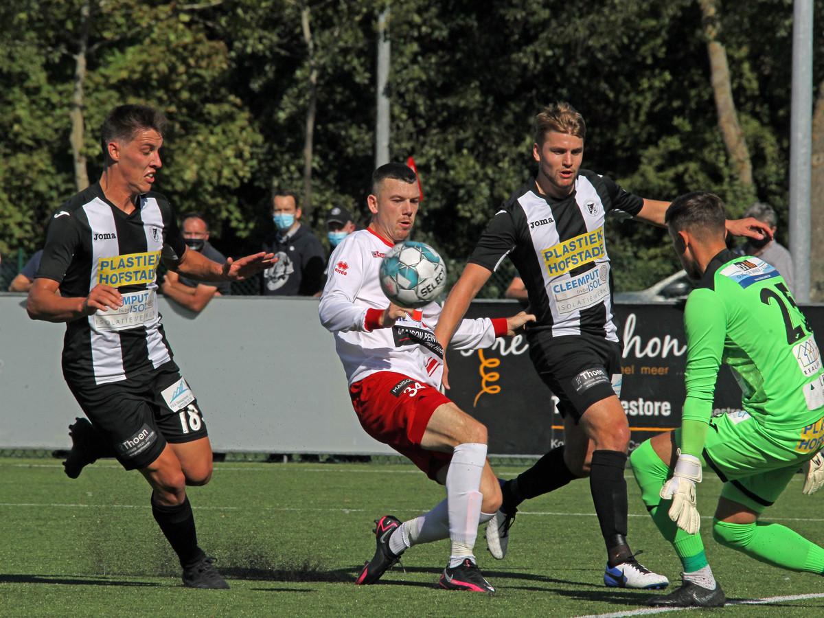 Stan Braem, hier tussen twee Aalstspelers in, wist na de pauze tweemaal te scoren voor SV Oostkamp.