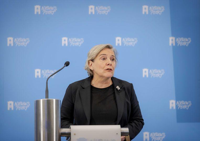 Ank Bijleveld minister van defensie neemt een rapport in ontvangst naar het welzijn van Dutchbat-militairen die betrokken zijn geweest bij de val van Srebrenica.  Beeld ANP