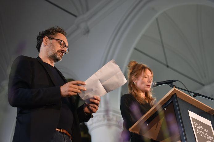 Gastheer Michaël Vandebril (foto) ontvangt tien dichters uit België en Nederland in de Sint-Bavokerk in Watou om hun werk voor te stellen tijdens de residentensessies 2021.