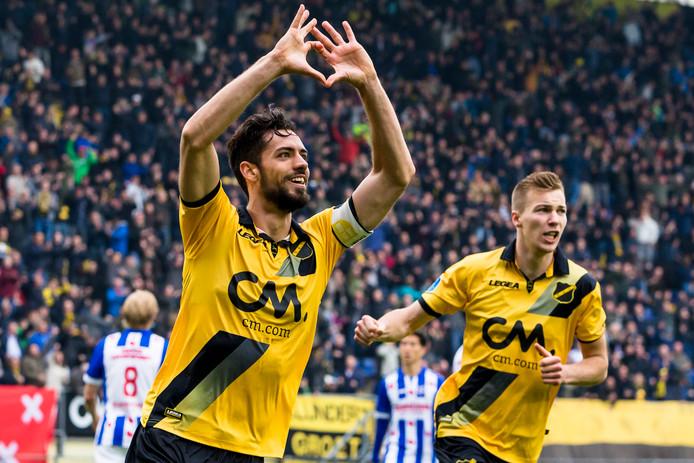 Pablo Marí in shirt van NAC.