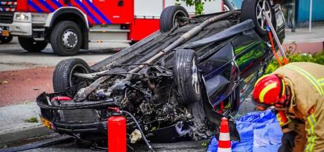 Auto vliegt over de kop in Eindhoven, bestuurder door brandweer bevrijd