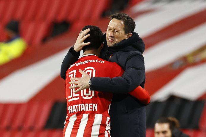 Mohamed Ihattaren en Roger Schmidt zijn dolblij na een goal van het PSV-talent tegen FC Utrecht.