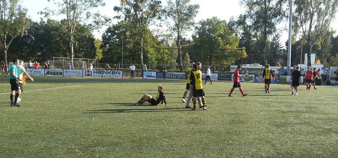 VVO-verdediger Kay van Huet van VVO treurt na een nederlaag bij VDZ. Komend seizoen speelt hij bij MASV.