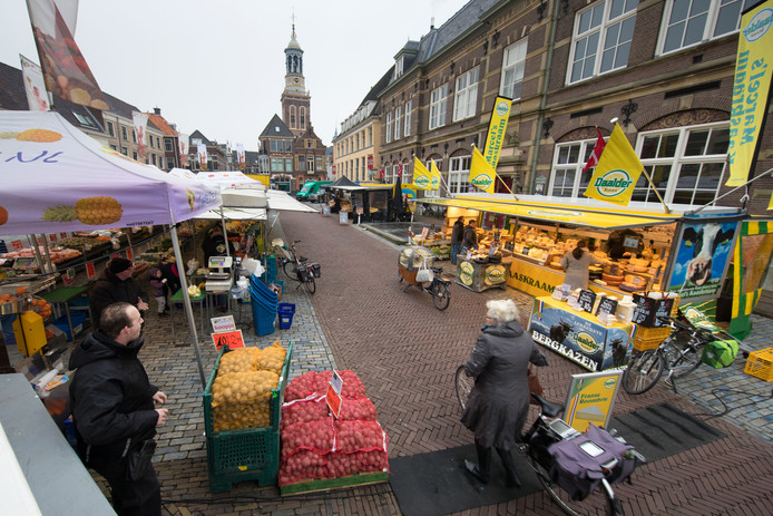 De Maandagmarkt op de Nieuwe Markt in Kampen. (archieffoto).