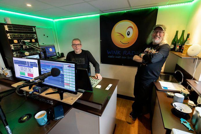 Jan Damen (links) en André de Looff van Wink Radio in hun studio.